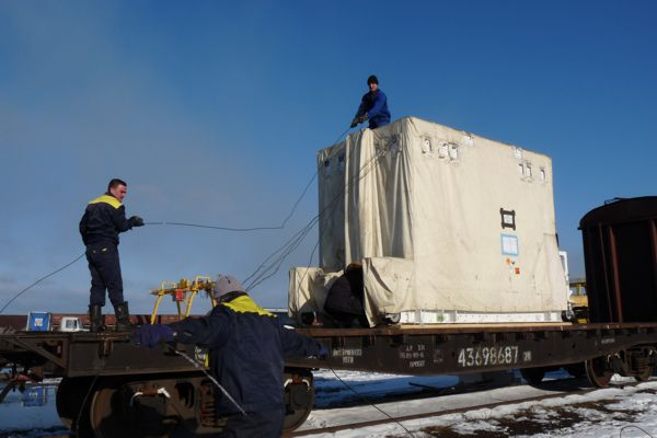 SERVIS-2 container loaded on train to Plesetsk